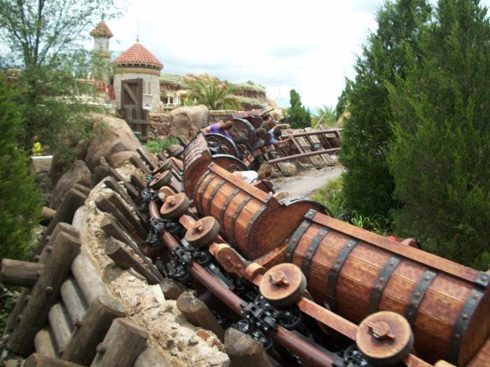 The train car of the seven-dwarf mine runs down the track