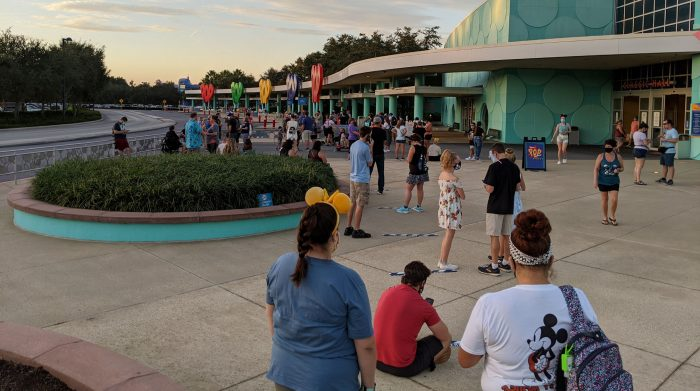 Picture showing long lines at the MK bus stop at Pop Century, over two hours before park opening