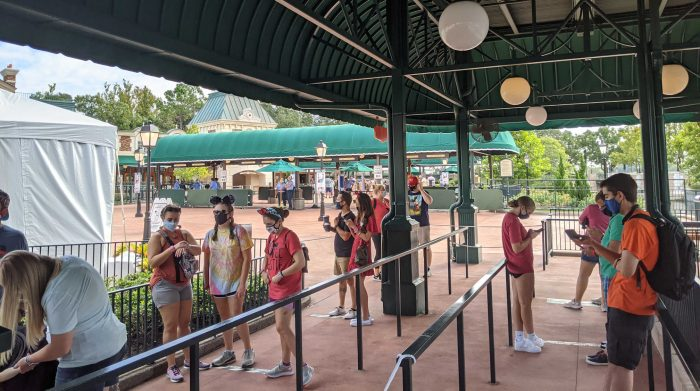 10:25 guests waiting at EPCOTS International Gateway
