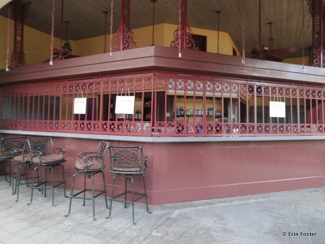 Port Orleans French Quarter, Mardi Grogs poolside bar